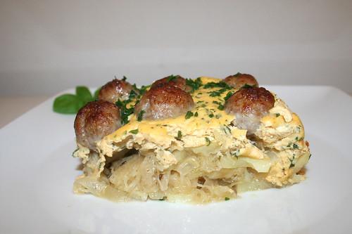 38 - Meatballs on sauerkraut - Side view / Bratwurstbällchen auf Sauerkraut - Seitenansicht