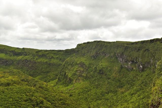 断崖絶壁の八丈富士の火口