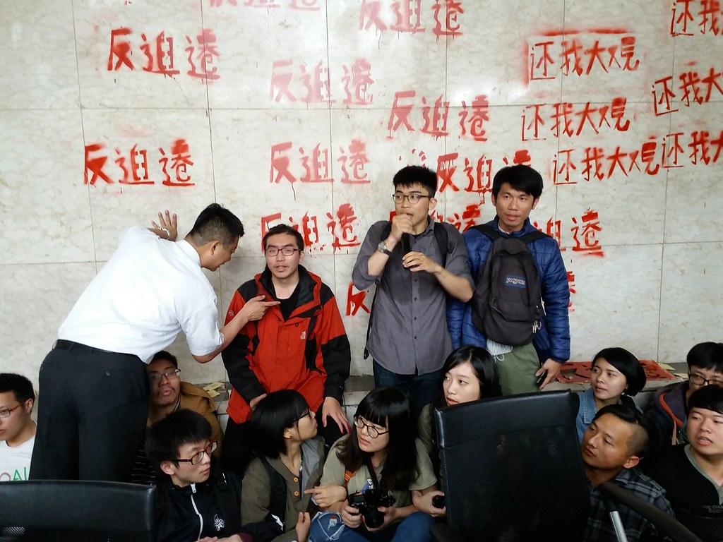 大觀社區居民及聲援學生今早突襲退輔會並成功佔領大廳。(攝影:張智琦)