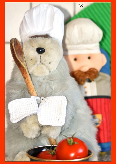 Chefköchin Karla Kunstwadl (im Hintergrund: Sous-Chef Jacques) empfiehlt: Kartoffel-Spargel-Champignon-Auflauf ... Guten Appetit ... Foto: Brigitte Stolle, Mai 2017