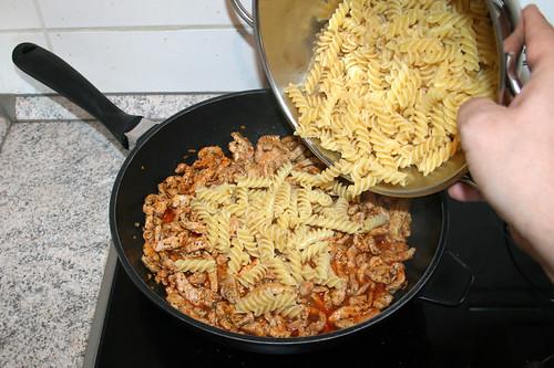 18 - Nudeln zum Gyros geben / Add noodles to gyros