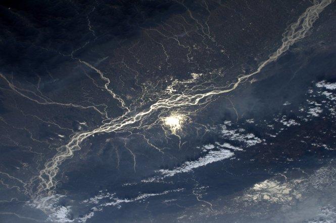 Ánh mặt trời phản chiếu trên sông Brahmaputra, Ấn Độ.