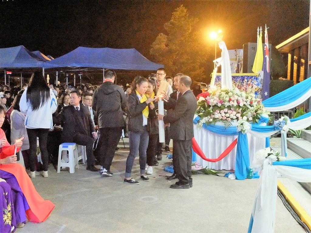 Thắp nến cầu nguyện dâng nước VN cho Mẹ Fatima 17