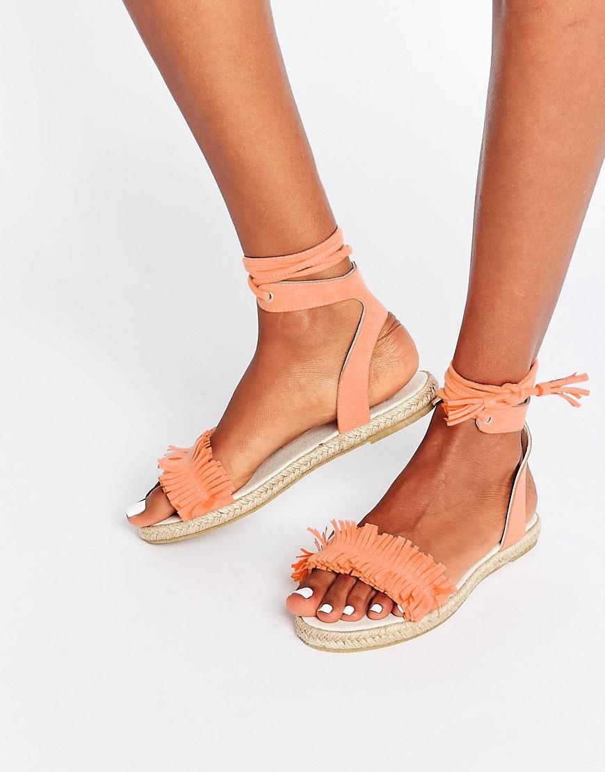 modello sandali aperti con frange rosa e lacci