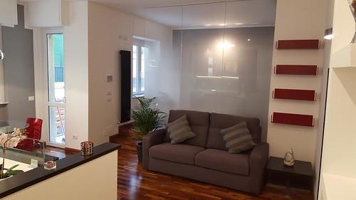 Idee rivestimento bagno pareti grigie mobile laccato di