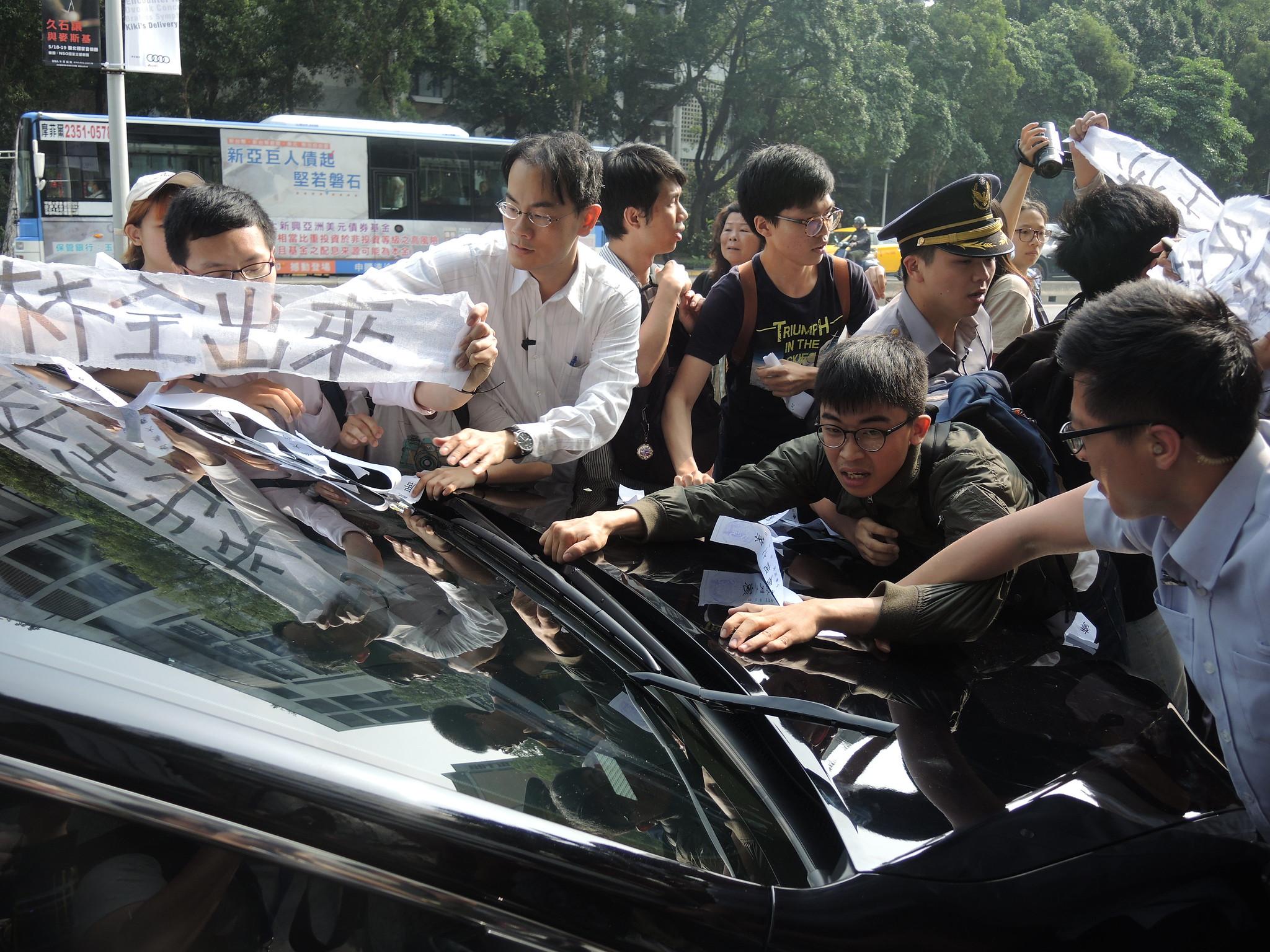 早上8:30大觀社區居民以及聲援者阻擋林全車隊前進。(攝影:曾福全)