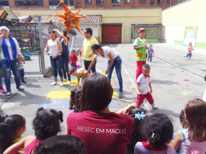 Crianças num projeto da AIESEC na Colômbia
