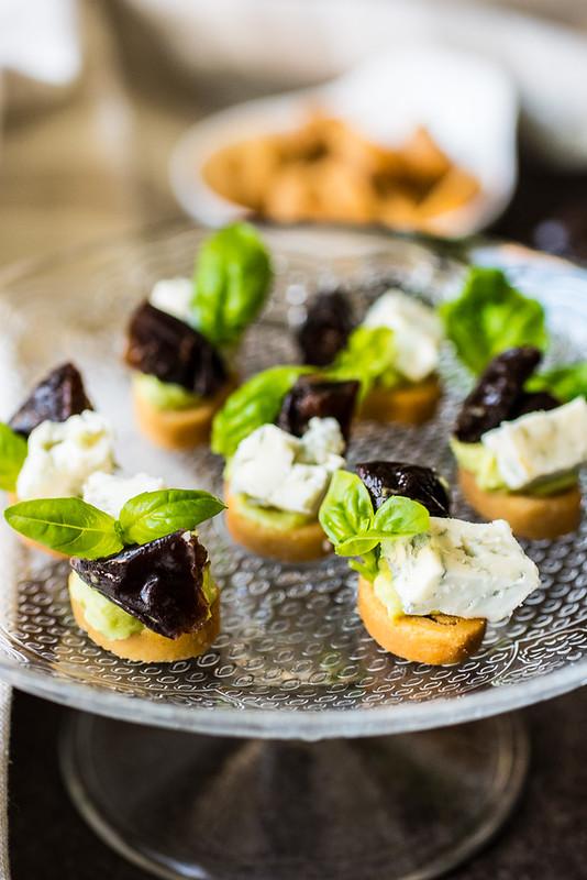 Crostini con mayo di avocado, prugne della California e gorgonzola