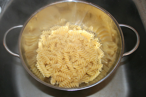 14 - Nudeln abtropfen lassen / Drain noodles