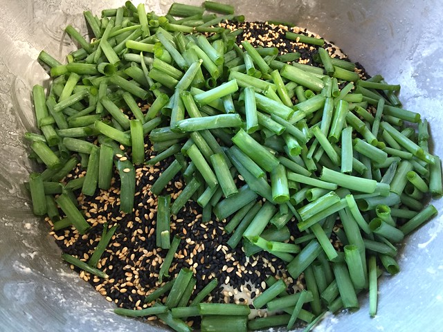 Mixing sesame seeds / green onions