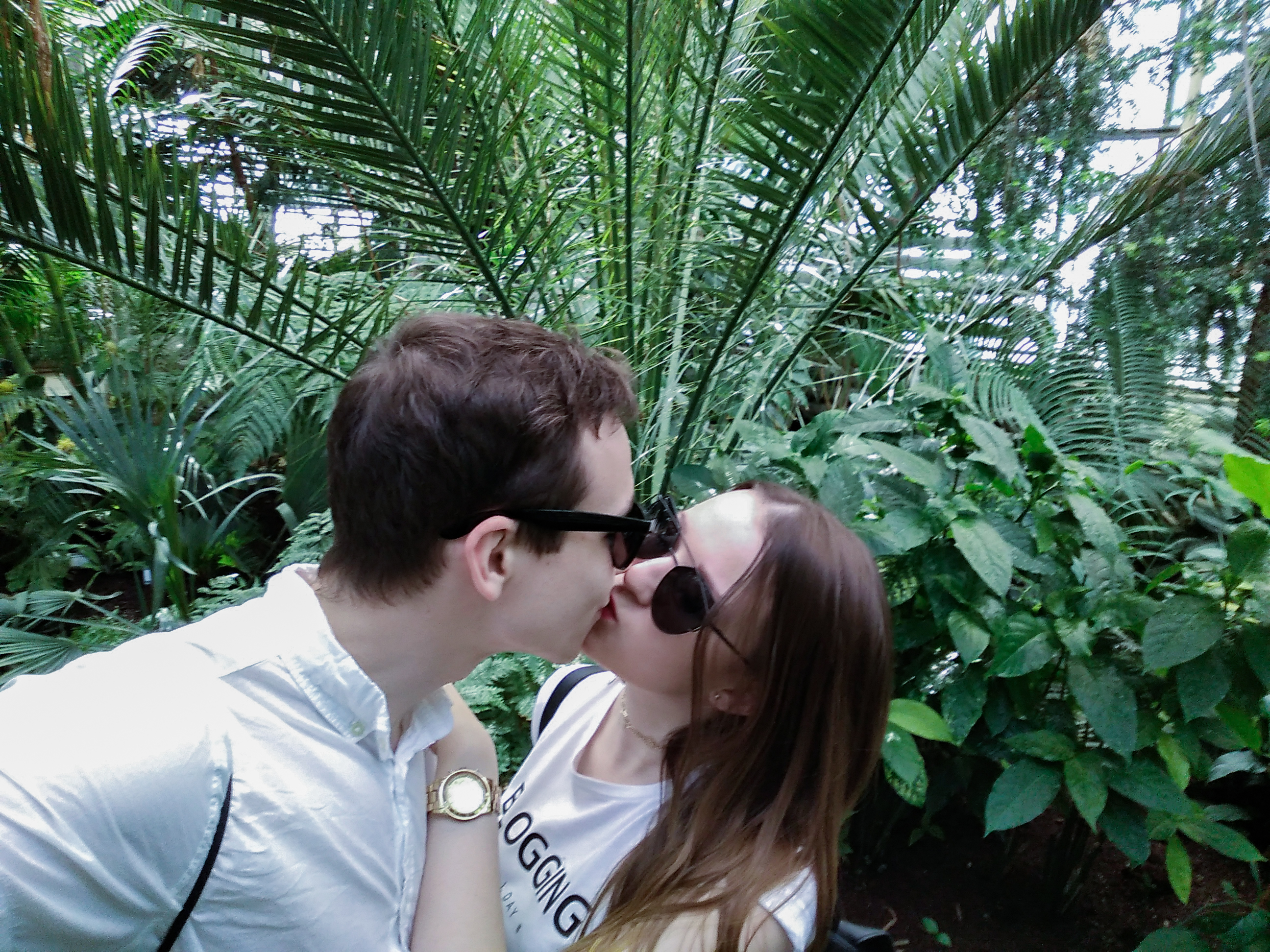 kiss jungle couple