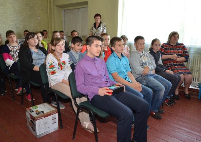 Школьники Александропольского УВК поздравили друзей с победой