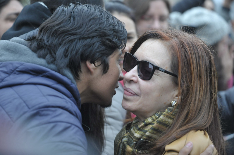 Cristina es recibida en Ezeiza por la militancia