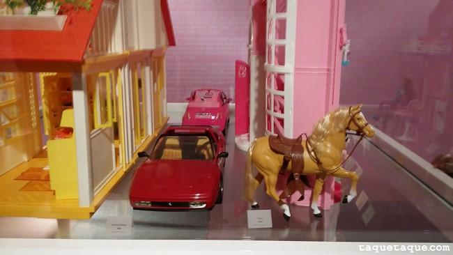 Barbie, sus coches y su caballo