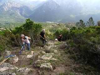 Entretien du sentier de montée de Ranuchjaghja : Marie-Jeanne, Michel, Tony
