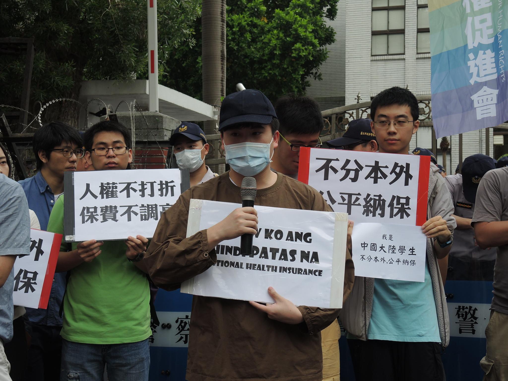 世新大學菲律賓外籍生Lucio.S.Manongtong呼籲,來到這裡就是希望台灣政府可以保障所有外籍生的權益,「Laban!Laban!Laban!」(加油!加油!加油!)。(攝影:曾福全)