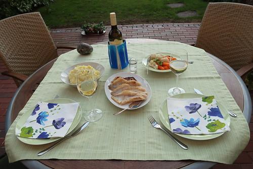Rotbarschfilet mit Kartoffelpüree, Blumenkohl und Möhren (Tischbild)