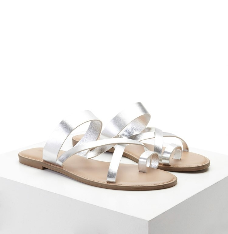 un paio di sandali ciabatta colore silver con intrecci
