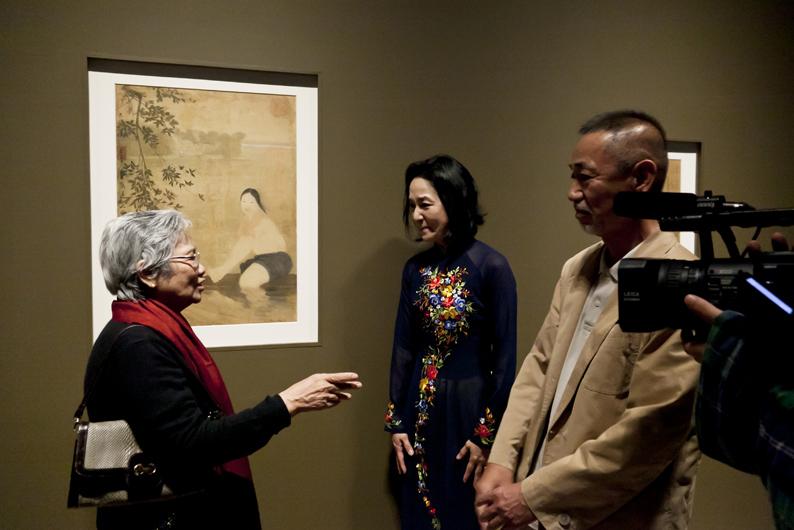 修復された絹絵作品の前で歓談する左からグエン・グエット・トゥさん、岩井さん、中村さん《竹を編む》(1960年、福岡アジア美術館蔵)