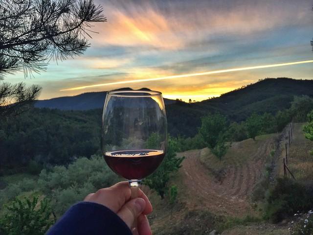Atardecer con vino desde los chozos bioclimáticos de Akassa en Las Hurdes