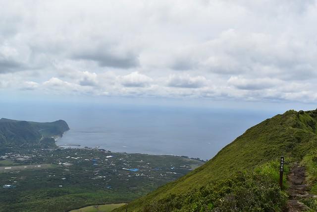 八丈富士から眺める八重根港
