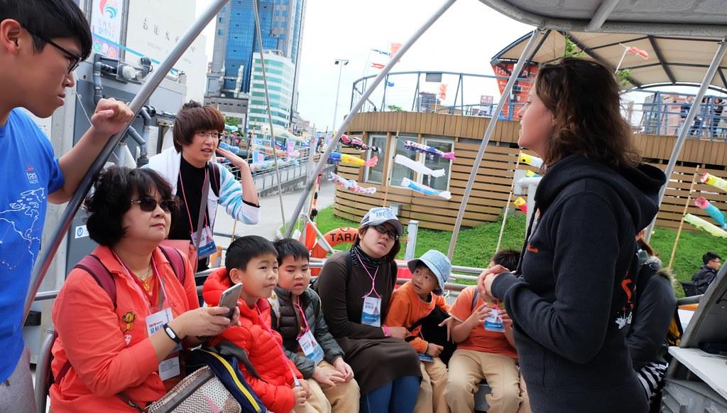 Tara探險船停留台灣期間邀請民眾登船並認識Tara的海洋任務。對於許多小朋友,這是第一次的登船初體驗。攝影:陳文姿