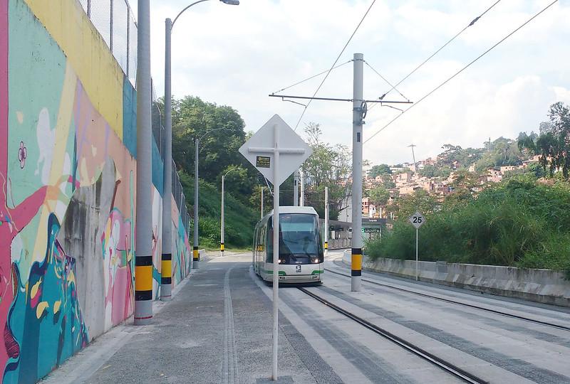 Trilhos da tranvía de Medellín e graffitti