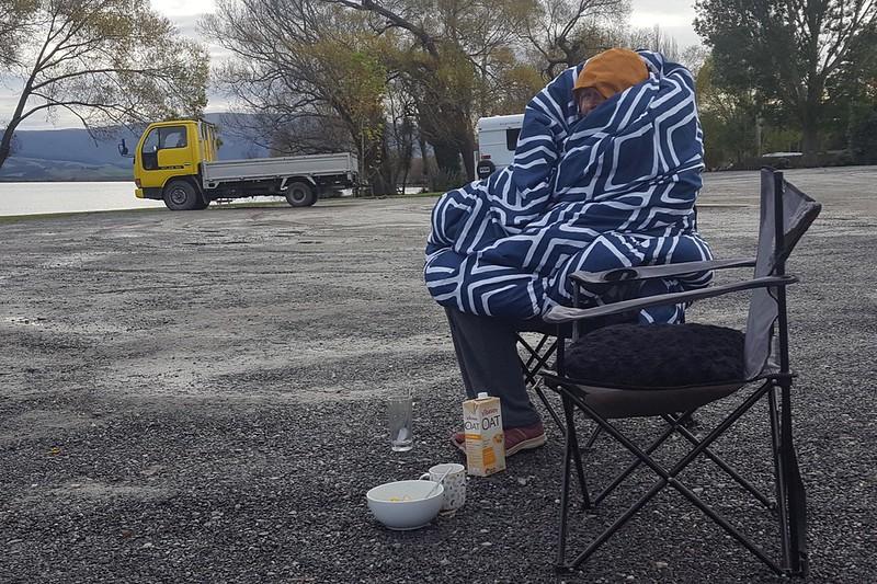 Maria, es sieht aus als wär dir kalt. Auf dem Weg nach Dunedin sind es morgens schon mal nur 5 Grad.