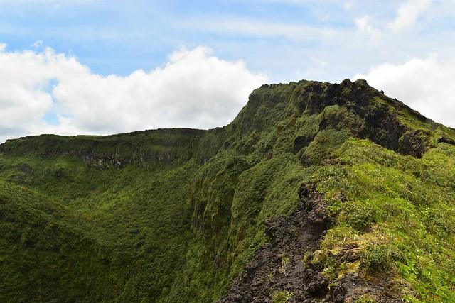 八丈富士登山・カルデラ火口の絶壁