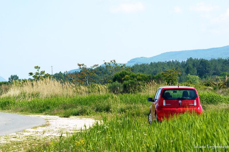 Машина, припаркованная в окрестностях Тивата