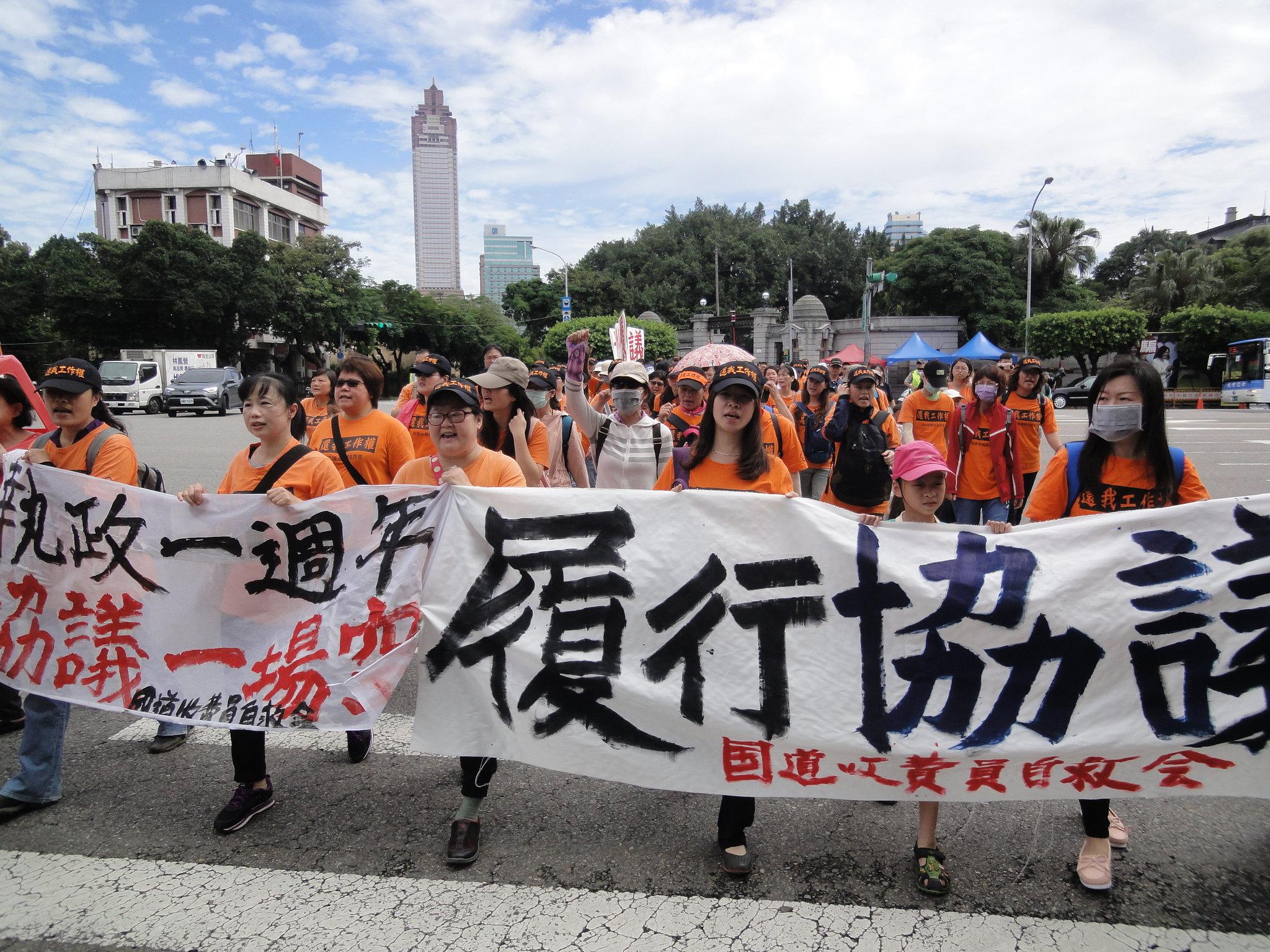 國道收費員自救會動員百人上凱道抗議。(攝影:張智琦)