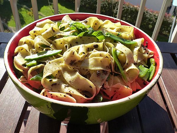 salade de pâtes à la tapenade et aux pois gourmands