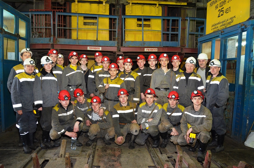Группа студентов Павлоградского техникума после спуска в шахту