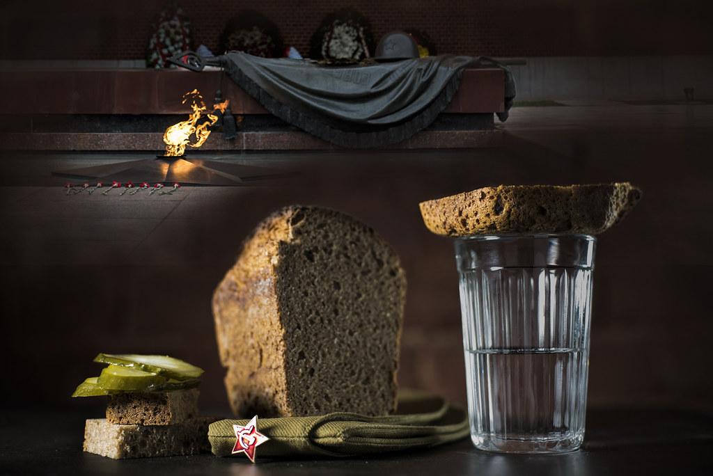 9 мая_вечный огонь_стакан огрурцы хлеб_DSC03359-2