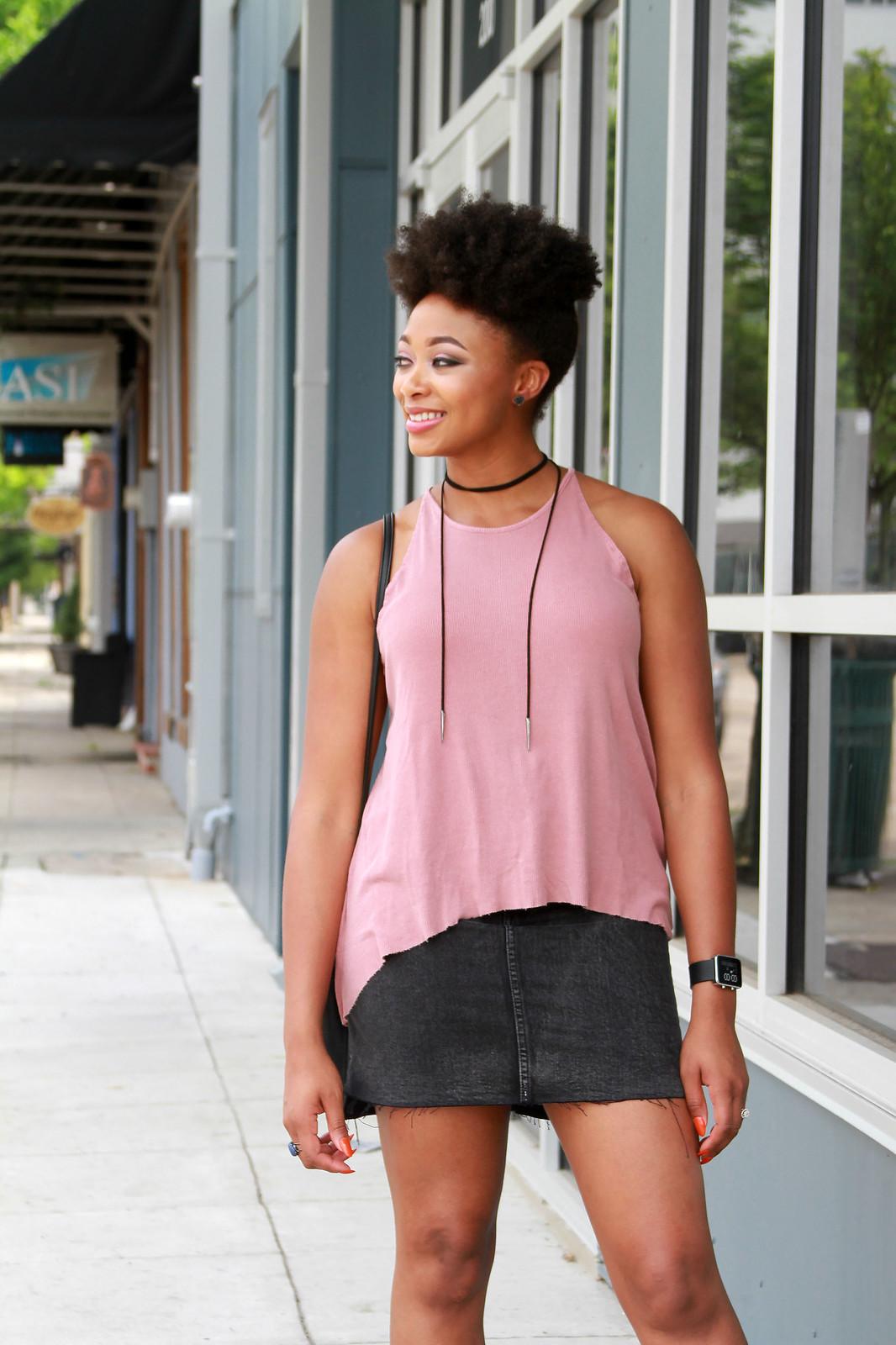 how to wear a black denim skirt