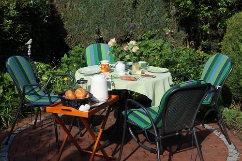Frühstückstisch im Garten