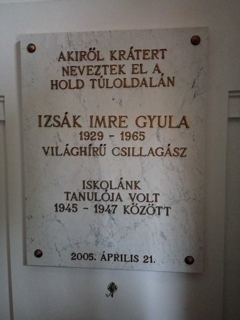 VCSE - Izsák Imre emléktáblája a zalaegerszegi Zrínyi Miklós Gimnáziumban. (Jandó Dániel felvétele az észlelőhétvége után készült)