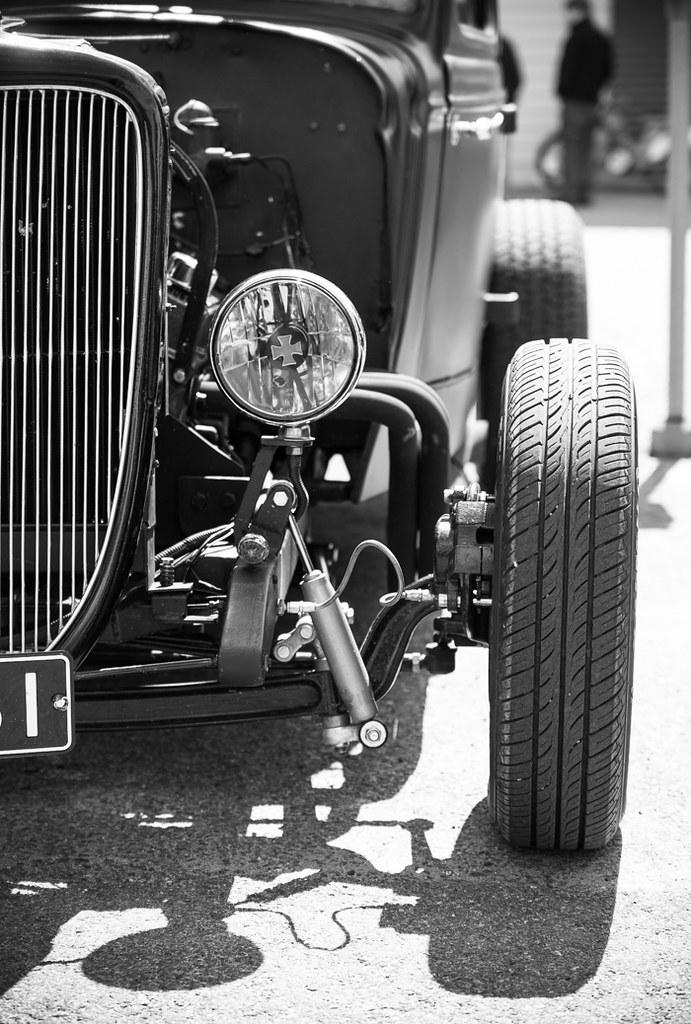 vanha musta auto rod rodi