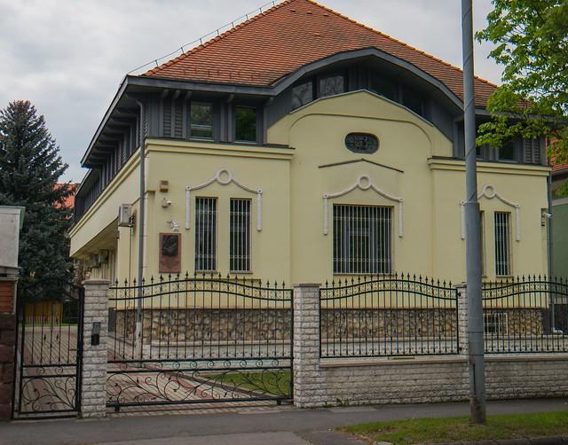 VCSE - a Kosztolányi úton lévő ház és az emléktábla elhelyezkedése. (Ágoston Zsolt felvétele)