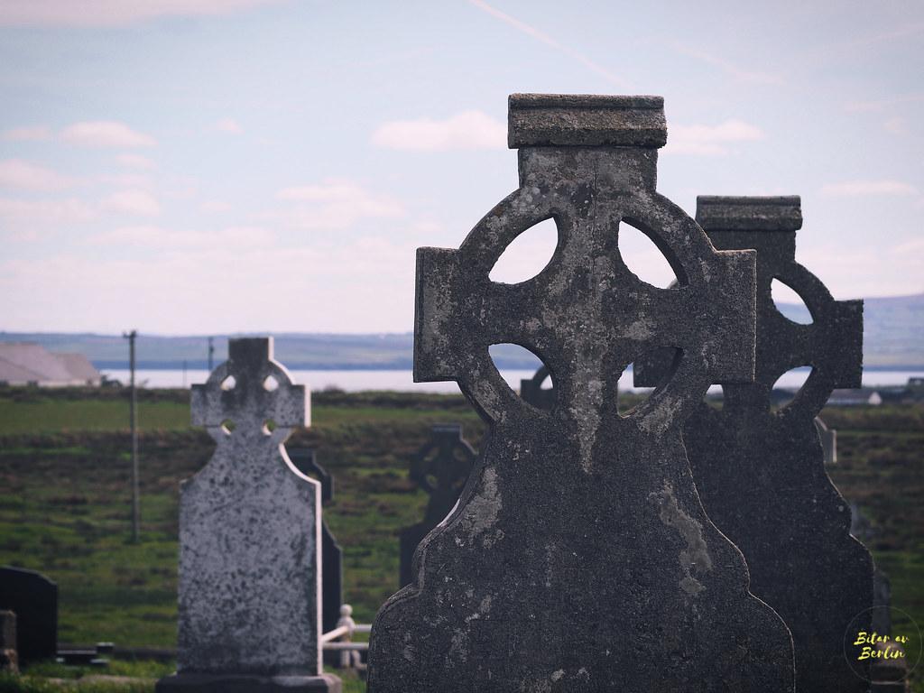 Vid världens ände del 2-gravstenar