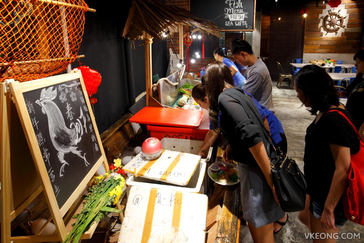 Bubu Grill Seafood Picking Seafood