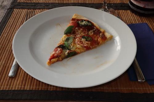 Pizza mit frischen Tomaten, Käse und Basilikum (3. Stück)