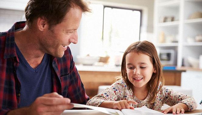 Một phụ huynh dạy con tại nhà - Ảnh minh họa