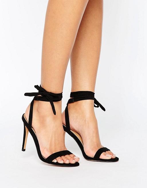un paio di sandali aperti con tacco e lacci alla caviglia colore nero