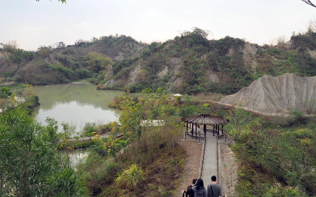牛埔里周遭所見為著名的泥岩地形,站在高處稜線遠望地景壯觀。攝影:李育琴。
