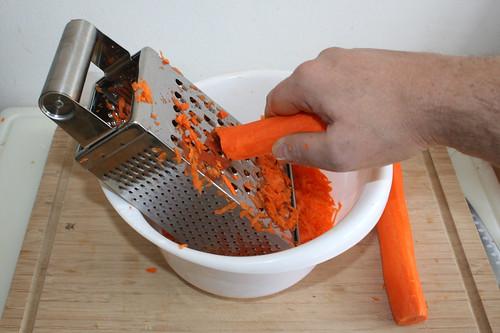 01 - Möhren reiben / Grate carrots