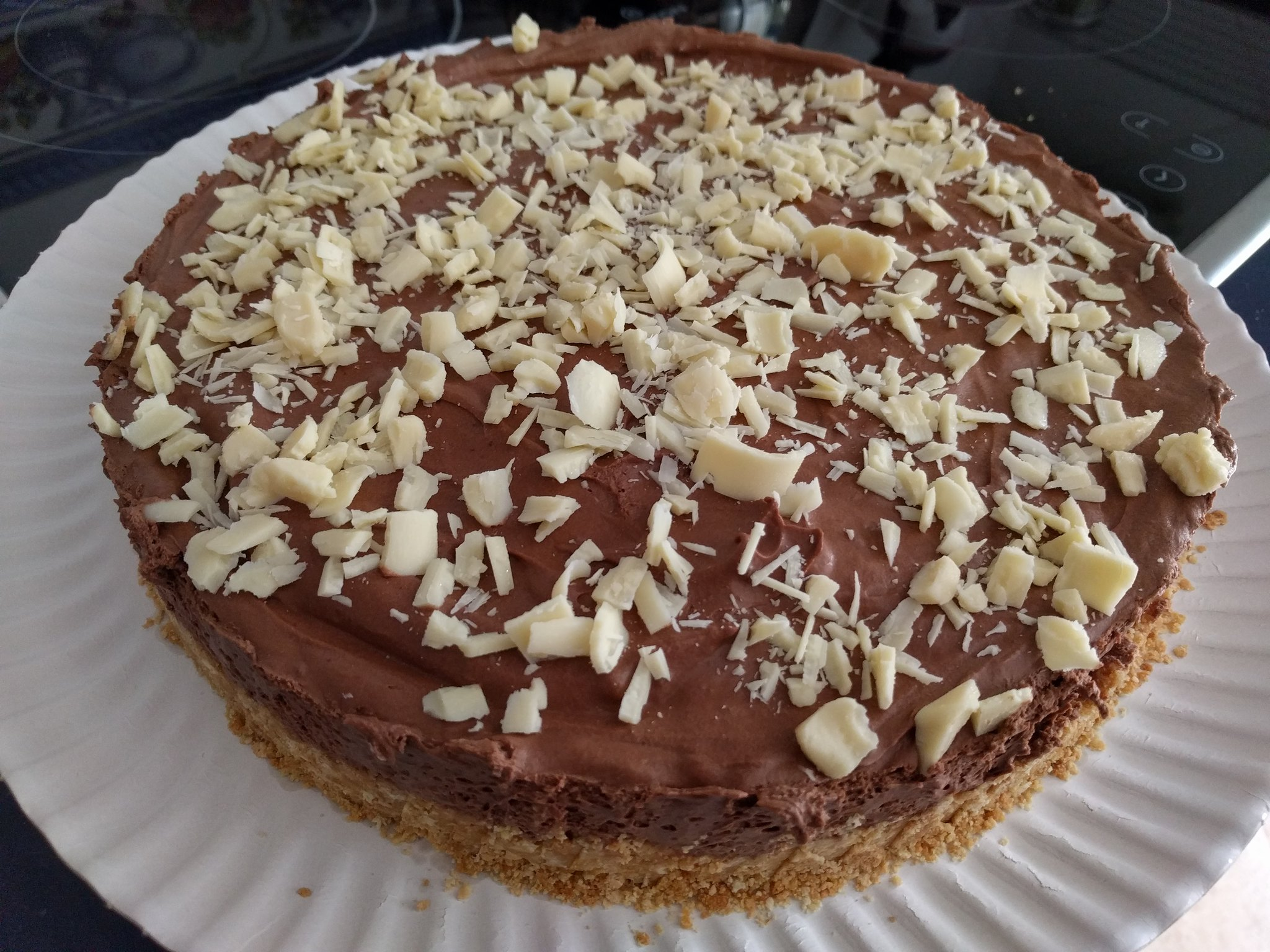 Tarta de mousse de chocolate con trocitos de chocolate blanco