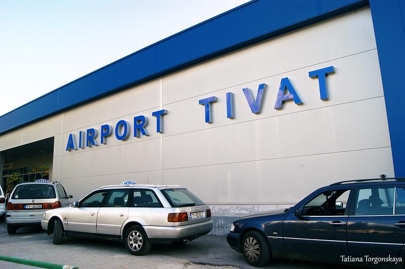 Такси перед аэропортом Тивата