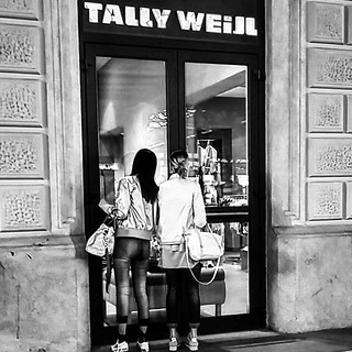 #shopping #italy_photolovers  #instagram #statigram #travelphotography #photography  #loves_united_borghi #ontheroad #amateurs_bnw_2y #yallersitalia #volgoitalia #blackandwhite #humanity #bnw_lovers #bestitaliapics #igersitalia #bnw #people #thehub_italia | by Asmae Dachan