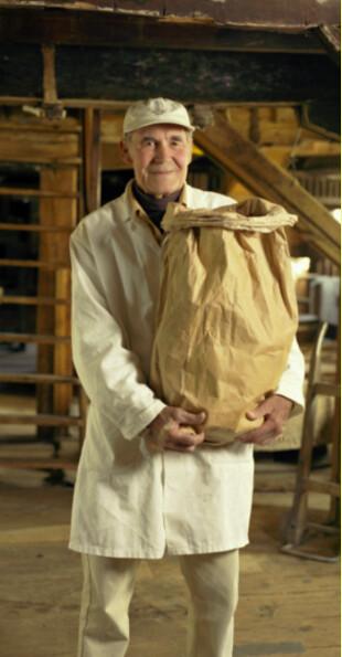 在Houghton Mill服務的國民信託志工Peter Sawford與磨坊磨製的麵粉。圖片提供:National Trust。